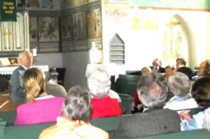 Pastor Böcker bei Erklärungen in der Kirche von Lieberhausen