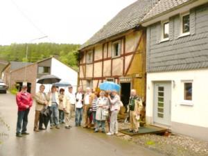 Architekt Ahl mit Dr. Rothkopf und seiner BGV-Besuchergruppe vor Haus Selbach