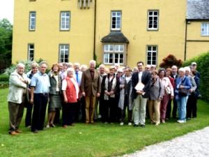 Reisegruppe mit Prinz Sayn-Wittgenstein vor Schloss Strauweiler