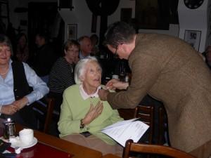 Anneliese Mehlau erhält von Marcus Dräger die Ehrennadel für 25 Jahre Mitgliedschaft im BGV