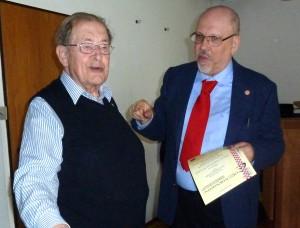 Dr. Alexander Rothkopf verleiht im Rahmen der Jahreshauptversammlung Urkunde und Ehrennadel an Hans-Joachim Braatz zur 65-jährigen Mitgliedschaft