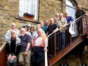 BGV Mitglieder vor der alten Brennerei  mit Führern_(1600_x_1200)