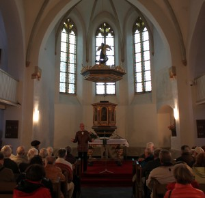 Herr Söhn erläutert die Kirchengeschichte.