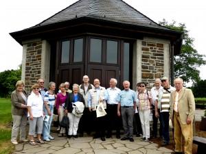 Mitglieder und Gäste vor der Schöpfungskapelle in Remshagen.